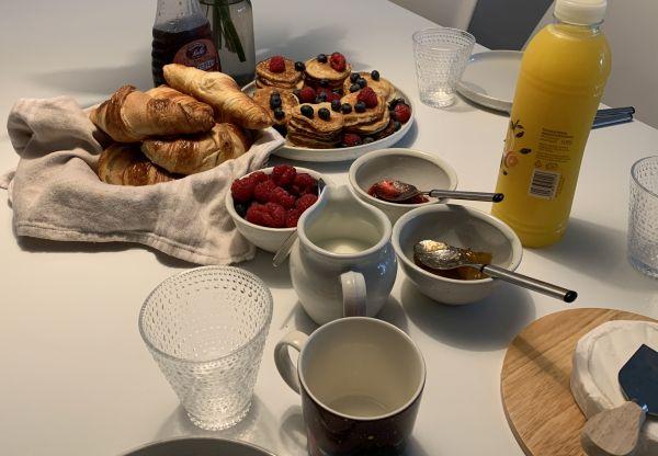 valmis aamiaispöytä