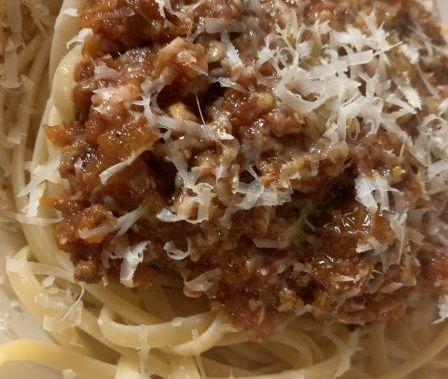 bolognesä, spakettia ja parmesaania